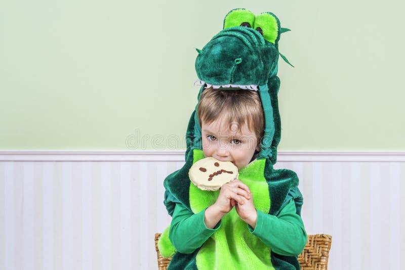 Criança bonito com cookie assustador fotografia de stock royalty free