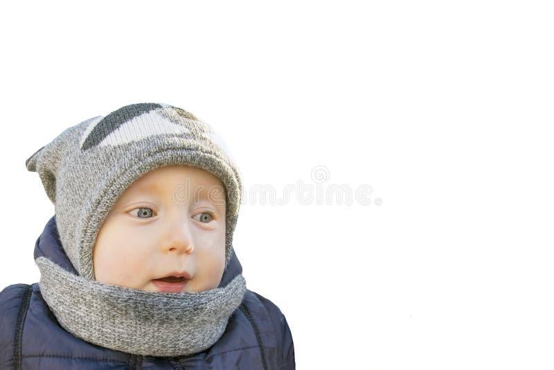 Criança bonito com a roupa do inverno isolada no fundo branco fotografia de stock royalty free