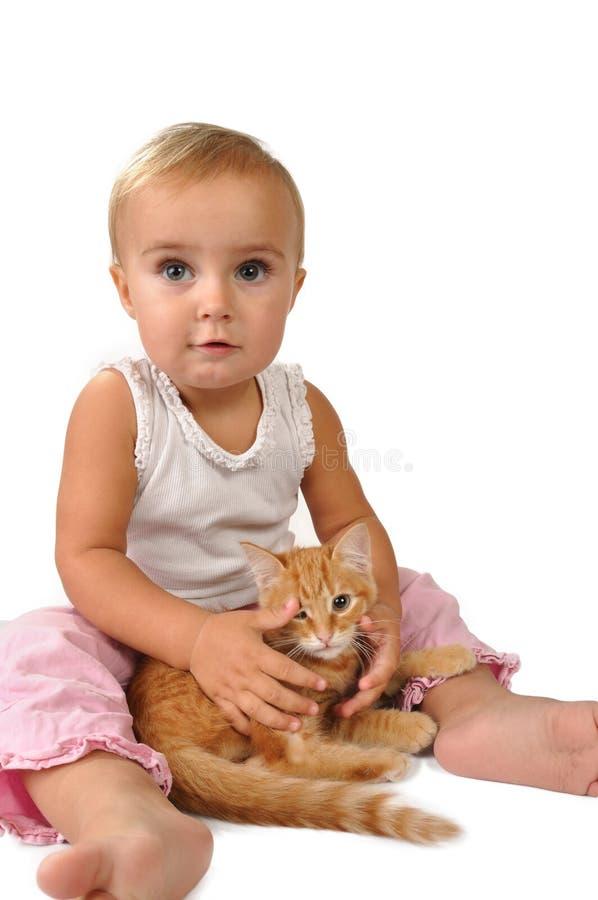 Criança bonito com um gato foto de stock