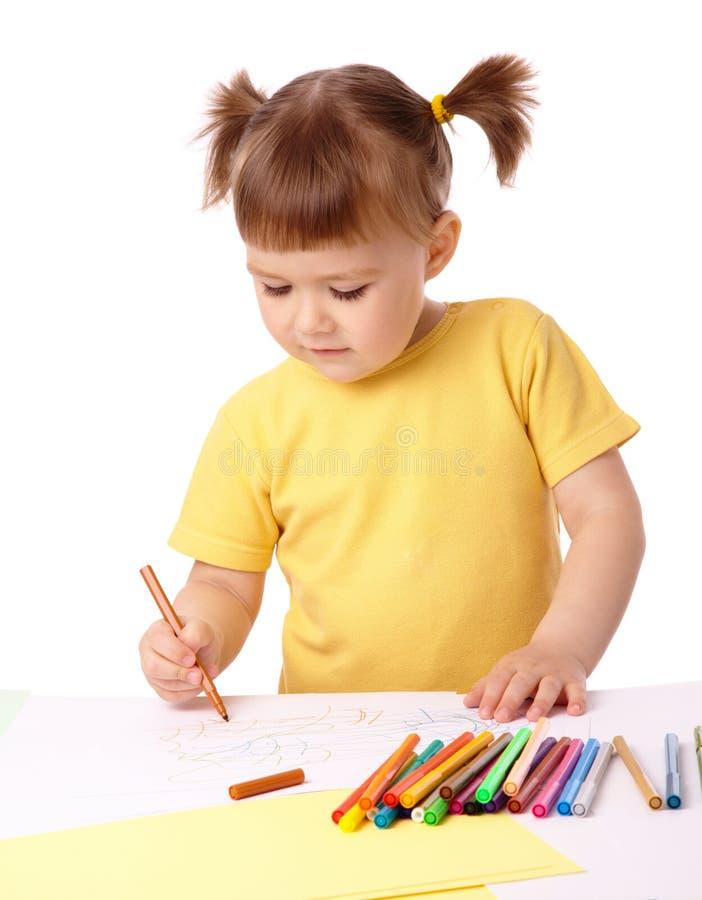 A criança bonito desenha com penas felt-tip foto de stock royalty free