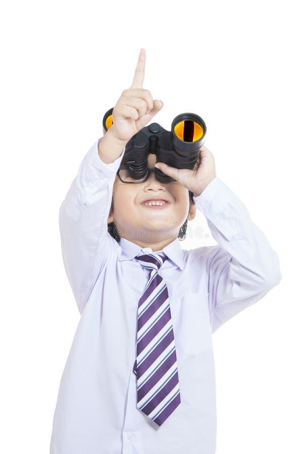 Criança Bonito Do Negócio Que Guardara Os Binóculos - Isolados Fotos de Stock