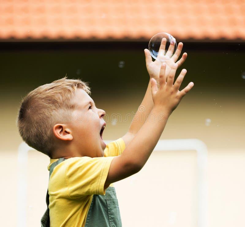 Criança bonito feliz com bolha de sabão imagens de stock
