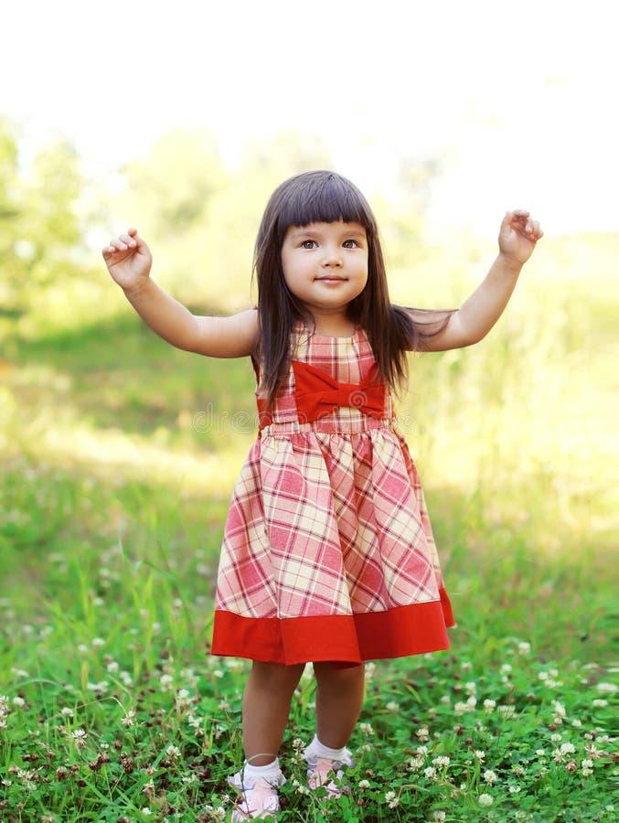 Criança bonito feliz da menina do retrato que veste um vestido vermelho fotos de stock