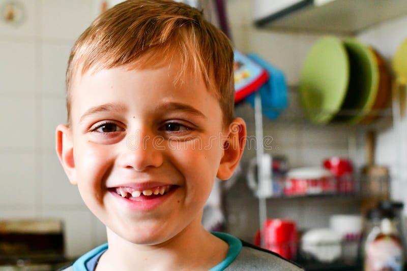 Criança bonito na cozinha imagem de stock royalty free