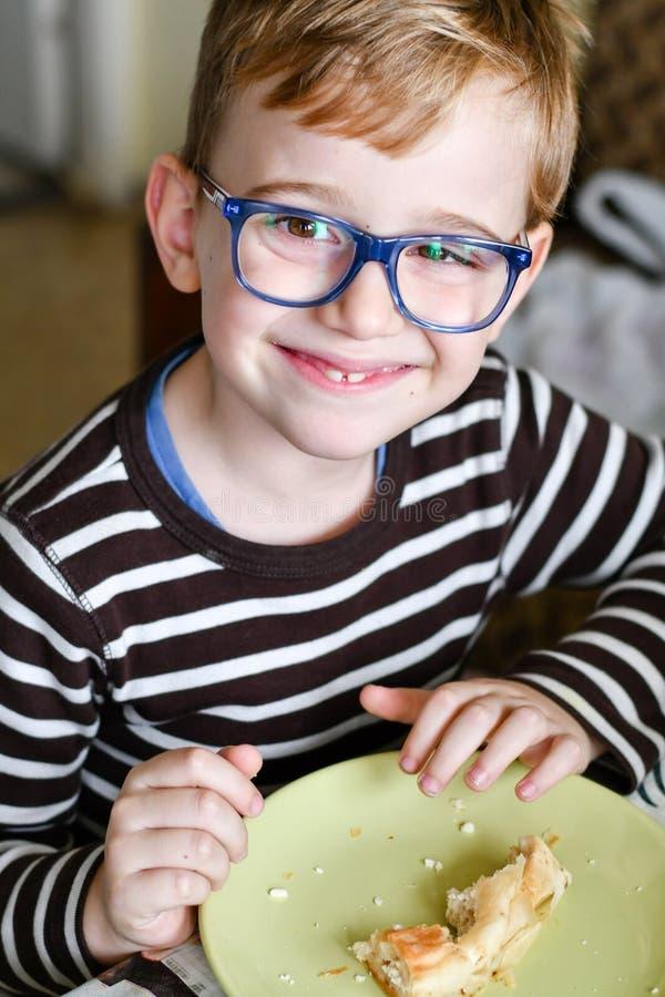 Criança bonito no café da manhã imagens de stock royalty free