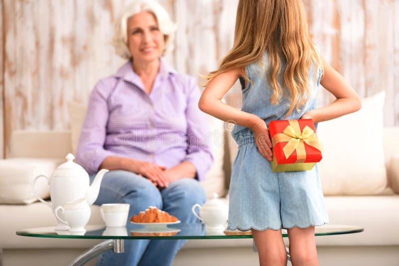 Criança bonito presente preparado para a avó imagens de stock