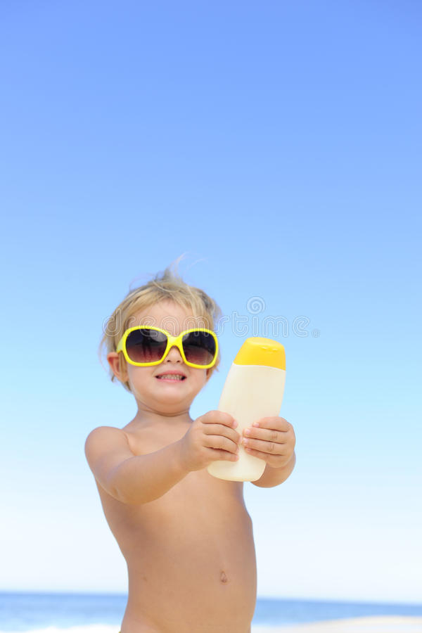 Criança bonito que mostra o suncream foto de stock