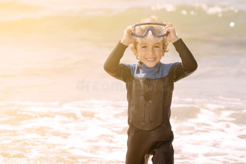 Criança bonito que sorri com tubo de respiração imagem de stock