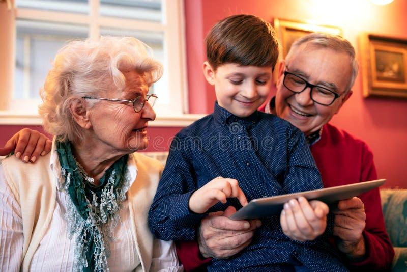 Criança bonito que tem o divertimento com um presente fotografia de stock royalty free