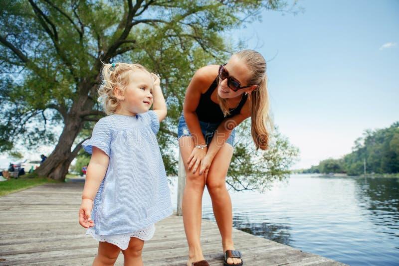 Criança caucasiano branca feliz da mãe e da filha que tem o divertimento fora fotografia de stock