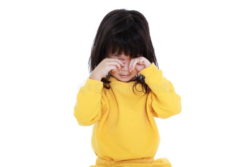 A criança chinesa que acorda, menina olha sonolento na manhã, isola foto de stock