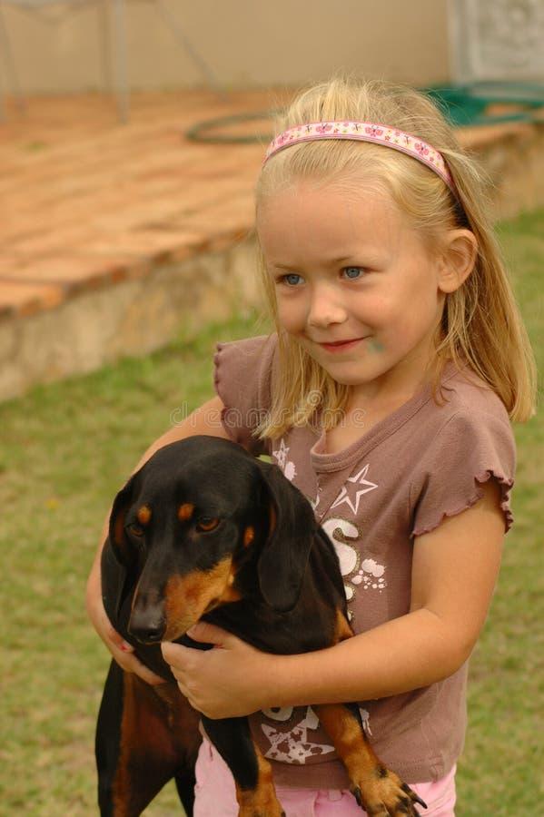 Criança com animal de estimação do cão fotografia de stock royalty free