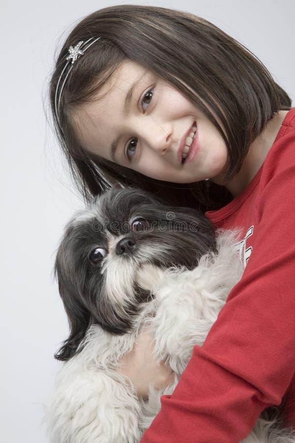 Criança com animal de estimação do cão foto de stock