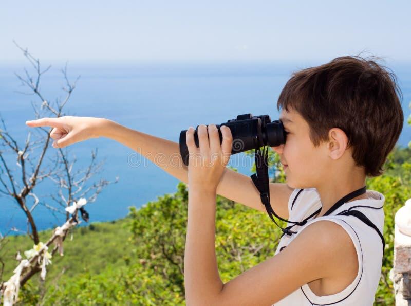 Criança com binóculos imagens de stock