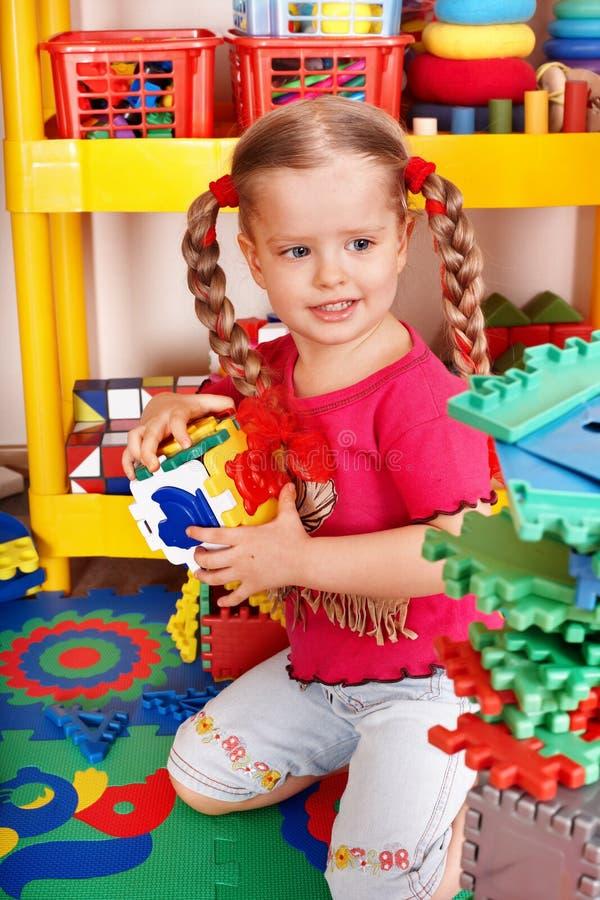 Criança com bloco e construção no quarto do jogo. imagens de stock royalty free