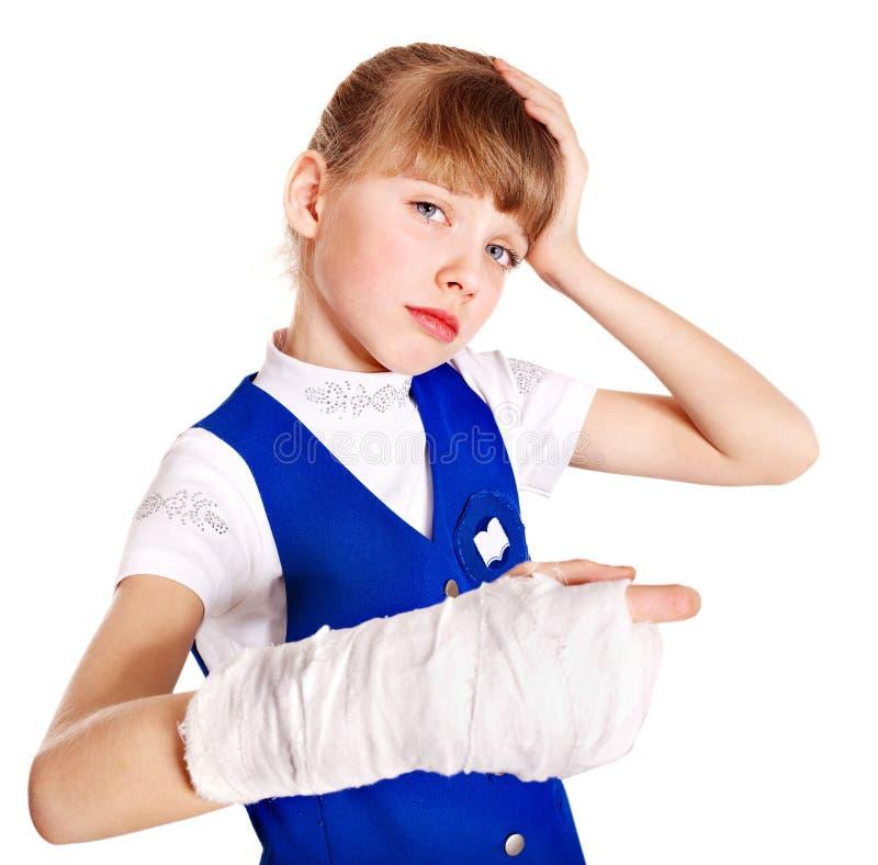 Criança com braço quebrado. imagens de stock royalty free