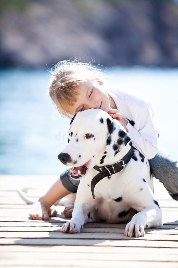 Criança com cão imagens de stock