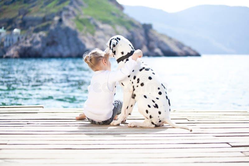 Criança com cão imagem de stock