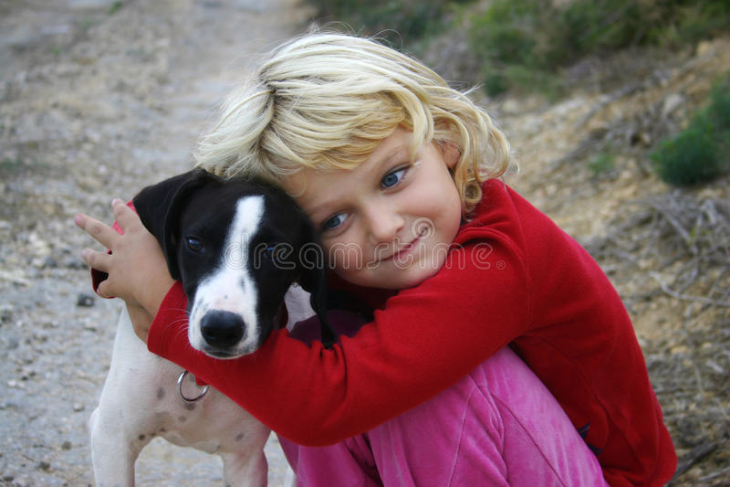 Criança com cão fotografia de stock
