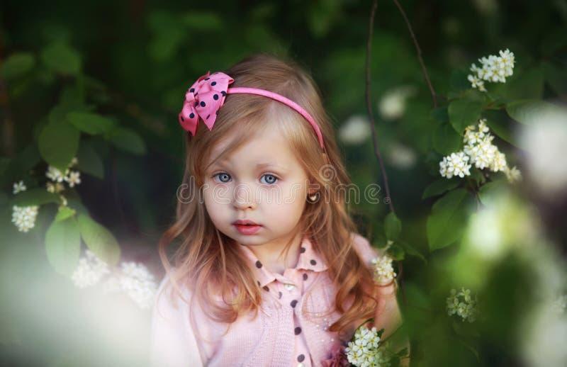 Criança com cabelo longo fotografia de stock royalty free