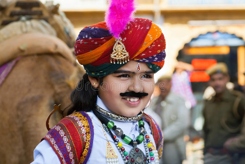 A criança com cara feliz mostra o traje indiano bonito imagem de stock