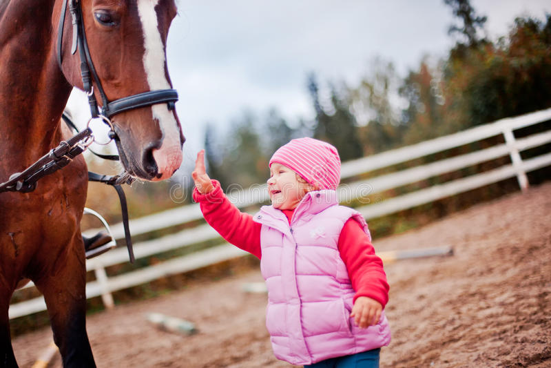 Criança com cavalo imagens de stock