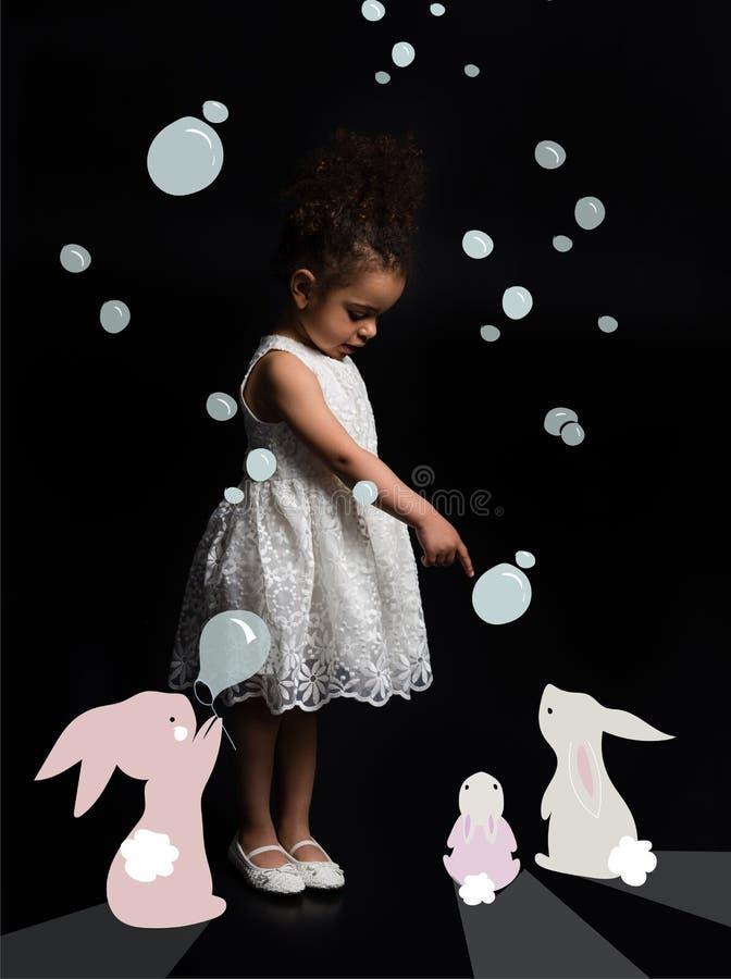 Criança com coelhos coloridos foto de stock