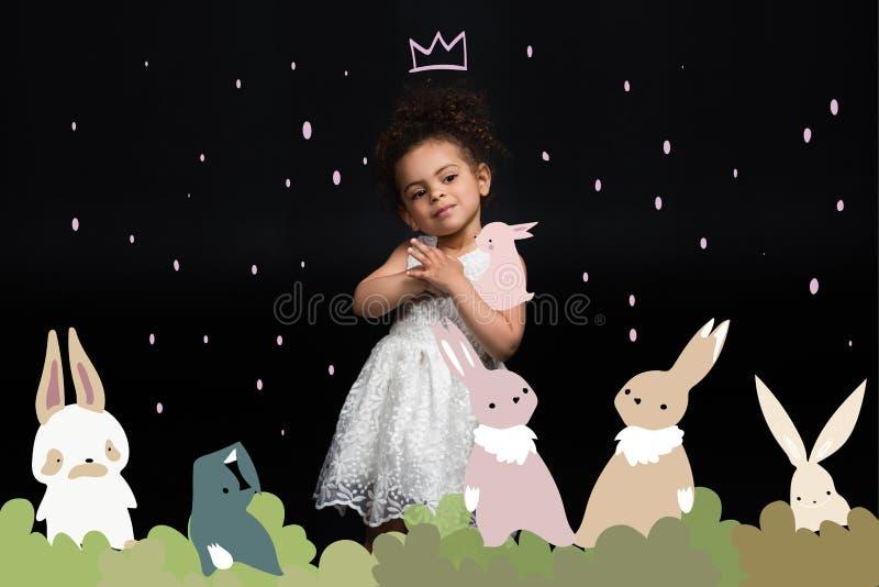 Criança com coelhos coloridos foto de stock royalty free