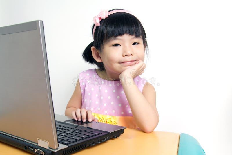 Criança com computador fotografia de stock royalty free