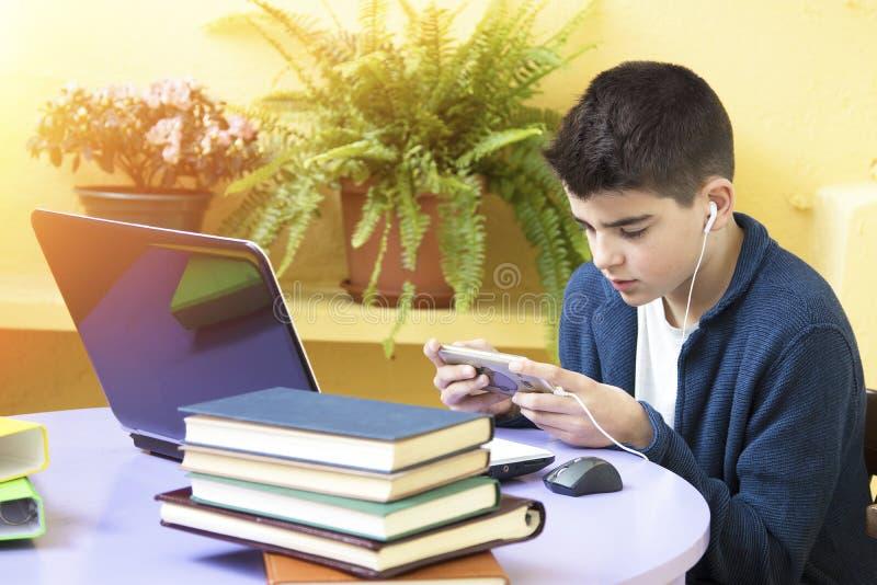 Criança com computador fotografia de stock