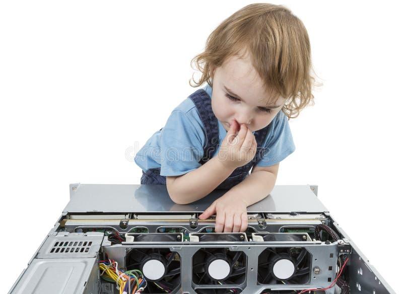 Criança com computador de rede foto de stock royalty free