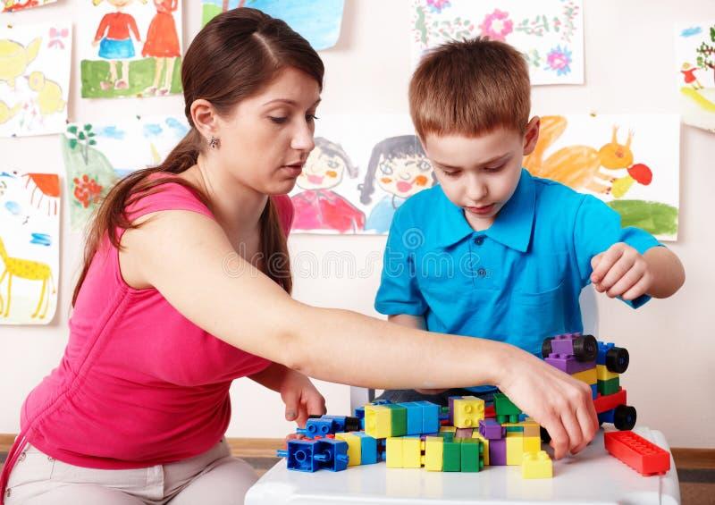 Criança com construção no quarto do jogo. fotos de stock