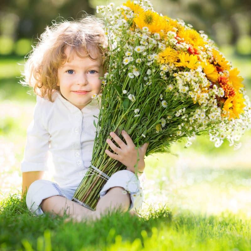 Criança com flores foto de stock royalty free