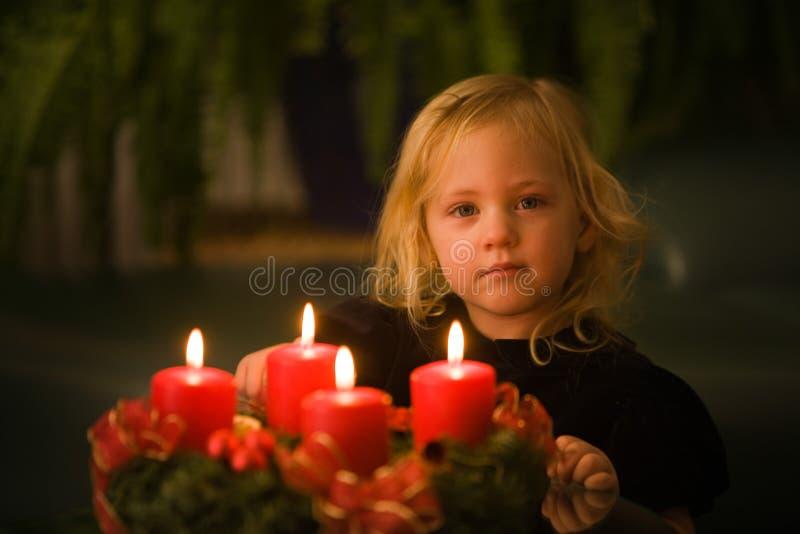 Criança com grinalda do advento imagens de stock