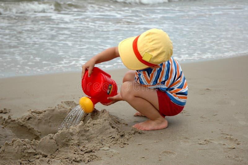 Criança com lata molhando imagem de stock royalty free