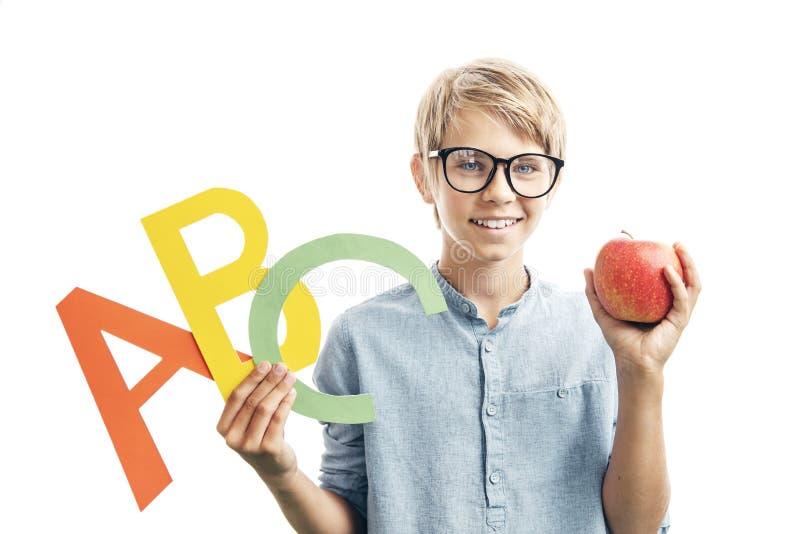 Criança com letras inglesas e Apple imagens de stock royalty free
