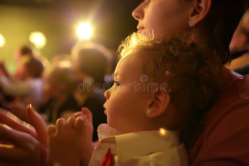 Criança com a mãe no teatro imagens de stock royalty free