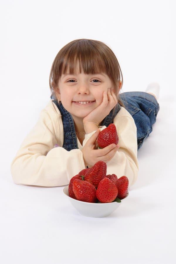 Criança com morango fotos de stock royalty free