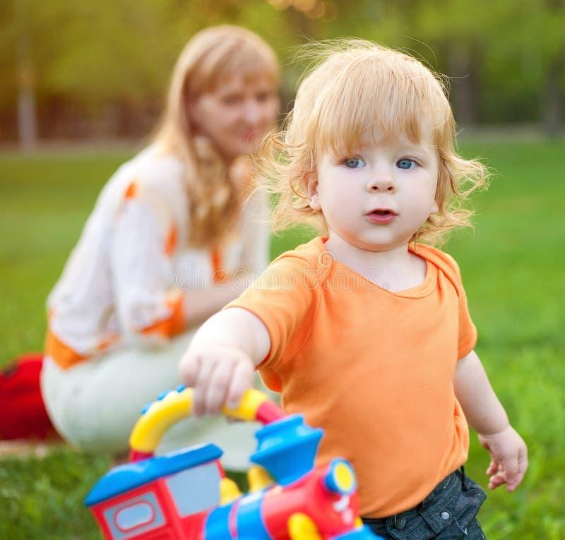 Criança com mum fotografia de stock royalty free