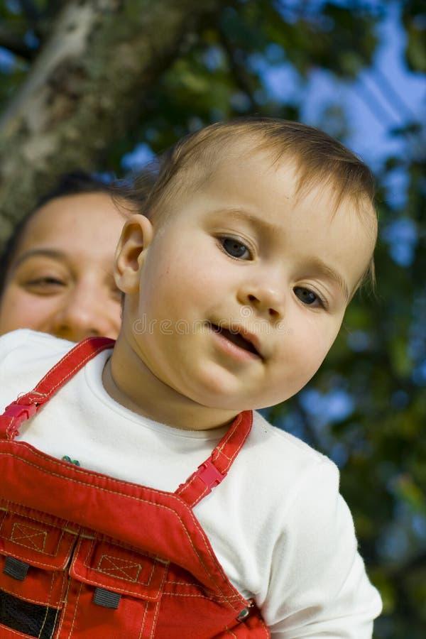 Criança com mum foto de stock