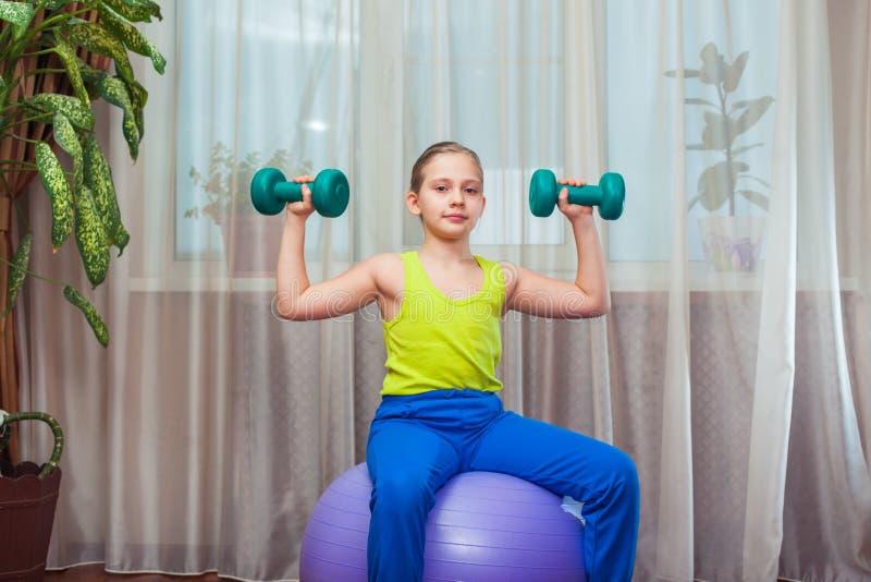 Criança com na bola para o fittnesa em casa fotos de stock royalty free