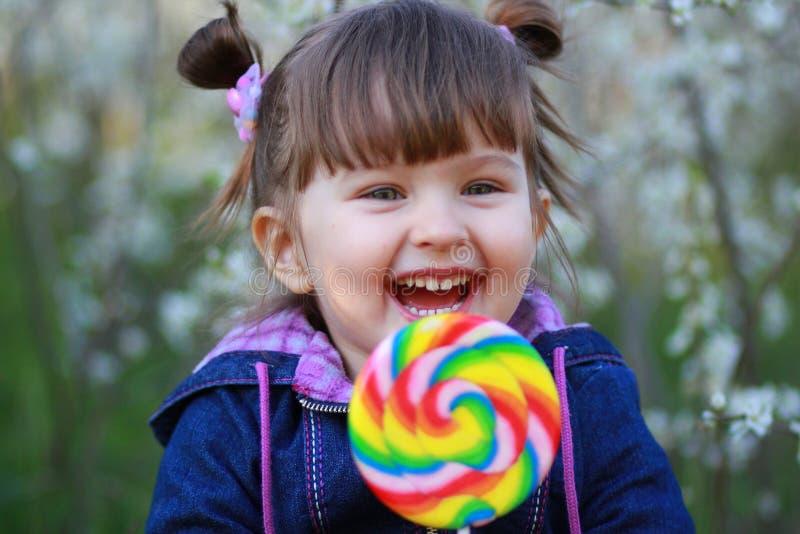 A criança com o doce grande fotografia de stock royalty free