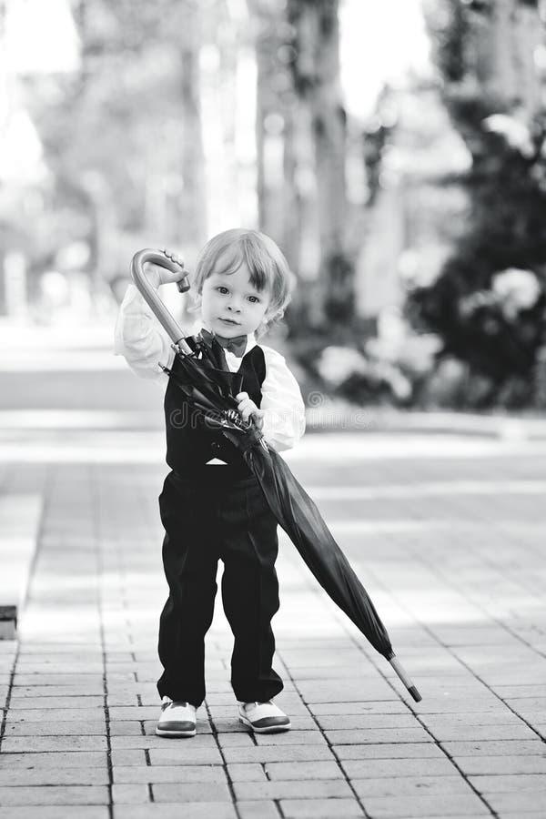 Criança com o guarda-chuva nas mãos fotografia de stock royalty free