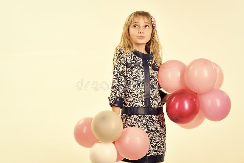 Criança com os balões no aniversário A criança pequena da menina com partido balloons, celebração Menina com posse do penteado fotografia de stock royalty free