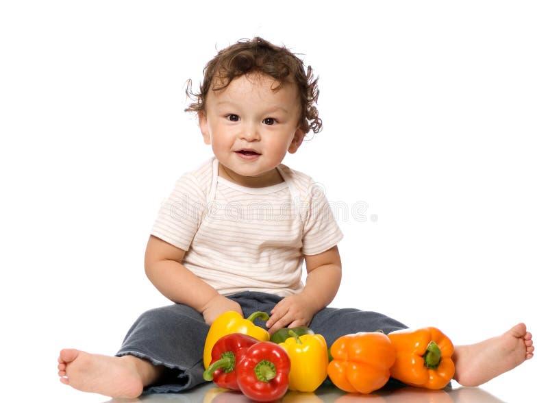A criança com paprika. imagem de stock royalty free