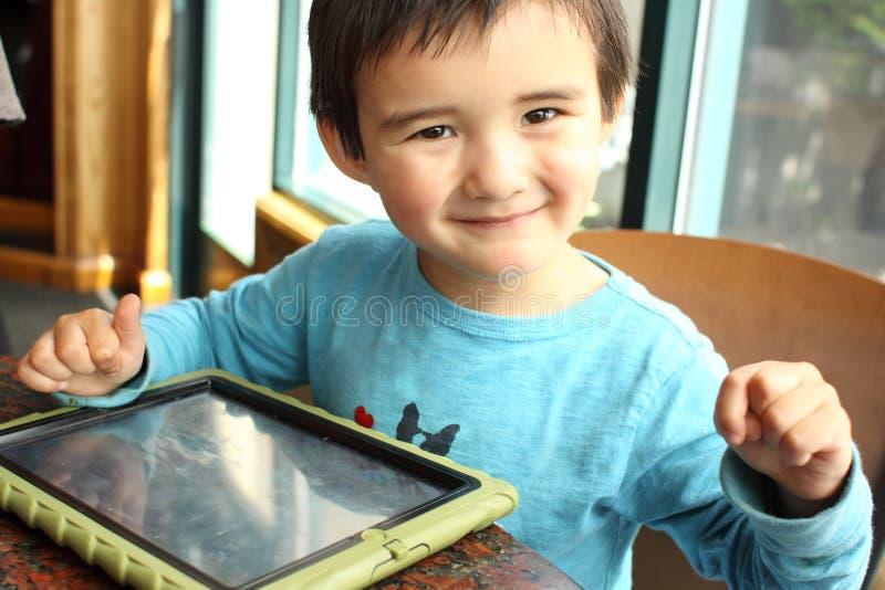 Criança com PC da tabuleta imagem de stock royalty free