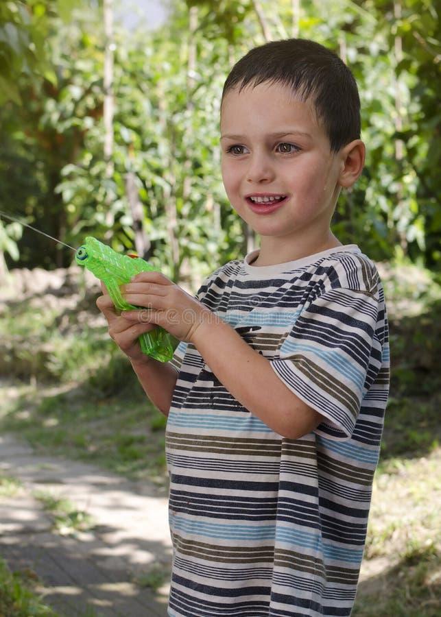 Criança com pistola de água fotografia de stock royalty free
