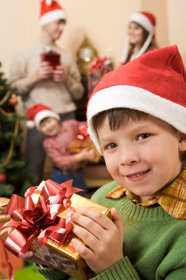 Criança com presente fotos de stock royalty free
