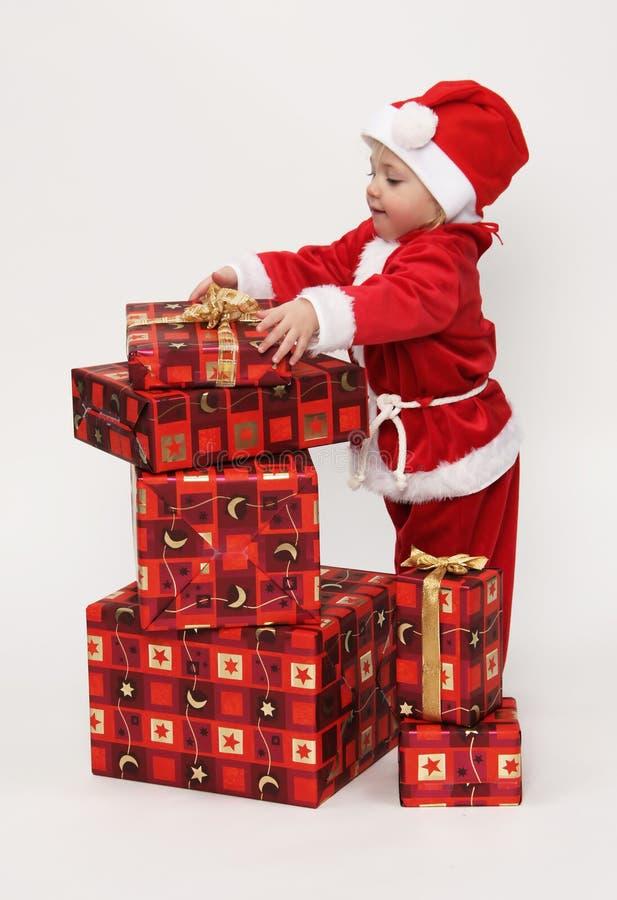 Criança com presentes do Natal fotografia de stock