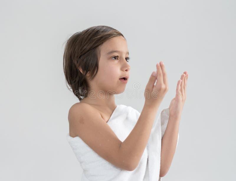 Criança com rezar da peregrinação do Haj fotografia de stock